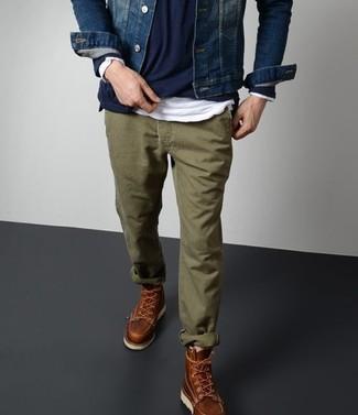 Cómo combinar: chaqueta vaquera azul marino, jersey con cuello circular azul marino, camiseta de manga larga blanca, pantalón chino verde oliva