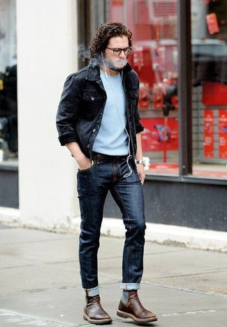 Cómo combinar: chaqueta vaquera negra, jersey con cuello circular celeste, vaqueros azul marino, botines chelsea de cuero en marrón oscuro