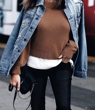 Cómo combinar un bolso bandolera de ante negro: Equípate una chaqueta vaquera azul junto a un bolso bandolera de ante negro transmitirán una vibra libre y relajada.
