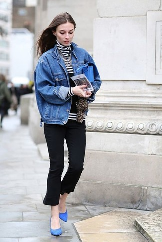 Cómo combinar un collar plateado para mujeres de 30 años: Haz de una chaqueta vaquera azul y un collar plateado tu atuendo transmitirán una vibra libre y relajada. Zapatos de tacón de ante azules son una opción inmejorable para completar este atuendo.