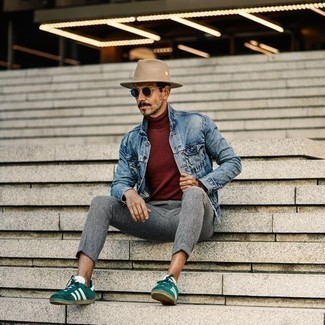 Cómo combinar un sombrero: Emparejar una chaqueta vaquera celeste con un sombrero es una opción inigualable para el fin de semana. Con el calzado, sé más clásico y elige un par de tenis de ante verde oscuro.