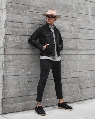 Cómo combinar un pantalón chino de rayas verticales negro: Haz de una chaqueta vaquera negra y un pantalón chino de rayas verticales negro tu atuendo para cualquier sorpresa que haya en el día. Botas safari de lona negras son una opción muy buena para completar este atuendo.
