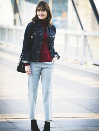 Cómo combinar: chaqueta vaquera azul marino, jersey de cuello alto burdeos, pantalón de pinzas a cuadros gris, botines de ante negros
