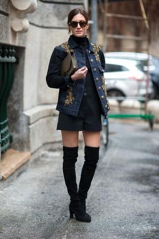 Considera ponerse una chaqueta vaquera con adornos azul marino y unos pantalones cortos y te verás como todo un bombón. Dale onda a tu ropa con botas sobre la rodilla de ante negras.