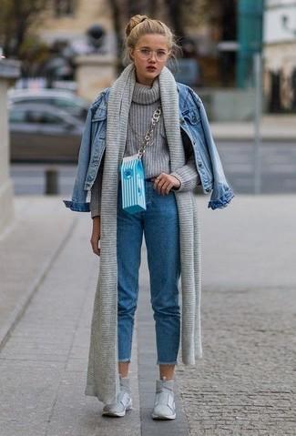 Cómo combinar: chaqueta vaquera azul, jersey de cuello alto de punto gris, vaqueros azules, zapatillas altas grises
