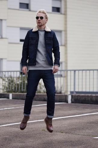Cómo combinar un jersey de cuello alto gris: Considera emparejar un jersey de cuello alto gris con unos vaqueros azul marino para cualquier sorpresa que haya en el día. ¿Te sientes valiente? Opta por un par de botas casual de cuero burdeos.