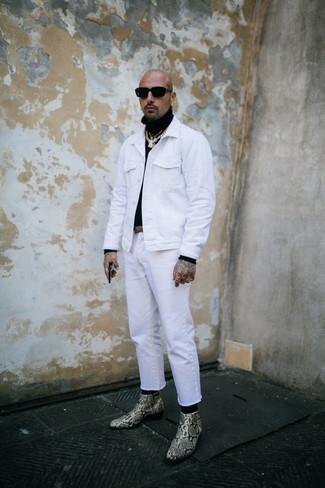 Cómo combinar una chaqueta vaquera blanca: Casa una chaqueta vaquera blanca con unos vaqueros blancos para una apariencia fácil de vestir para todos los días. Con el calzado, sé más clásico y complementa tu atuendo con botines chelsea de cuero con print de serpiente en beige.