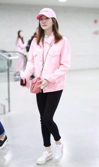 Cómo combinar: chaqueta vaquera rosada, jersey de cuello alto en beige, vaqueros pitillo negros, tenis de cuero blancos