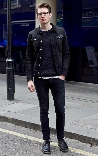 Cómo combinar un jersey de ochos azul marino: Usa un jersey de ochos azul marino y unos vaqueros negros para conseguir una apariencia relajada pero elegante. ¿Te sientes valiente? Opta por un par de zapatos brogue de cuero negros.