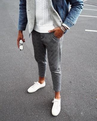 Cómo combinar: chaqueta vaquera azul, jersey de ochos blanco, pantalón chino de lana a cuadros gris, tenis de lona blancos
