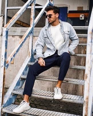 Cómo combinar un jersey de ochos: Elige un jersey de ochos y un pantalón chino de rayas verticales azul marino para lidiar sin esfuerzo con lo que sea que te traiga el día. Tenis de lona blancos son una opción estupenda para completar este atuendo.