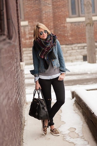 Emparejar una chaqueta vaquera azul junto a unos vaqueros pitillo desgastados negros es una opción muy buena para el fin de semana. Zapatillas slip-on de leopardo marrónes son una opción muy buena para complementar tu atuendo.