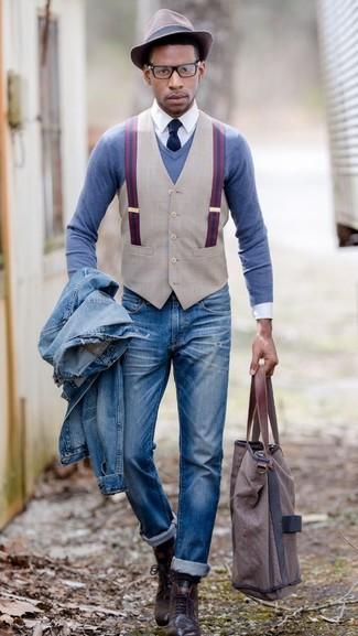 Utiliza un jersey de pico azul de Maerz y unos vaqueros desgastados azules transmitirán una vibra libre y relajada. Dale un toque de elegancia a tu atuendo con un par de botas casual de cuero marrón oscuro.