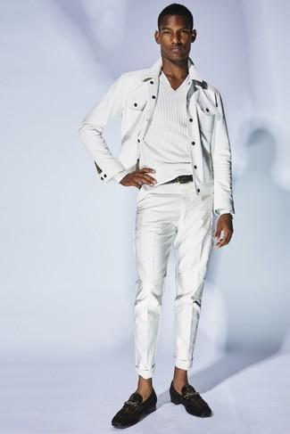 Cómo combinar: chaqueta vaquera blanca, jersey de pico blanco, pantalón chino blanco, mocasín de cuero en marrón oscuro