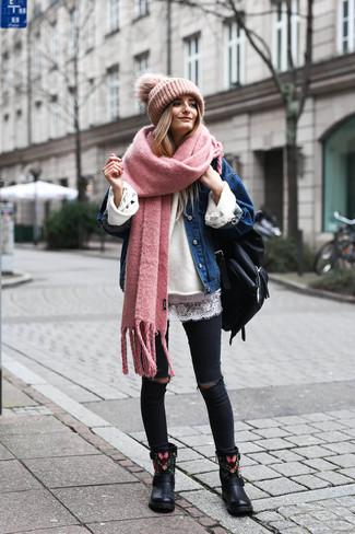 Cómo combinar una mochila de cuero negra: Opta por la comodidad en una chaqueta vaquera azul y una mochila de cuero negra. Botines de cuero bordados negros son una opción estupenda para complementar tu atuendo.