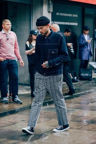 Cómo combinar: chaqueta vaquera azul marino, pantalón chino de tartán gris, zapatillas altas de lona en negro y blanco, gorro negro