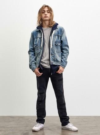 Cómo combinar: chaqueta vaquera celeste, sudadera con capucha azul marino, camiseta con cuello circular gris, vaqueros desgastados negros