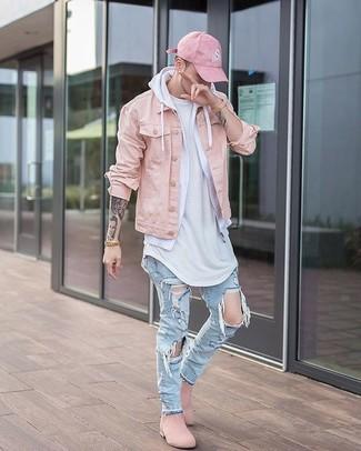 Cómo combinar: chaqueta vaquera rosada, sudadera con capucha blanca, camiseta con cuello circular blanca, vaqueros desgastados celestes