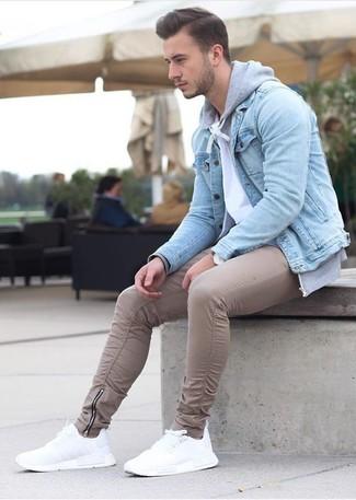 Cómo combinar: chaqueta vaquera celeste, sudadera con capucha gris, camiseta con cuello circular blanca, pantalón chino en beige