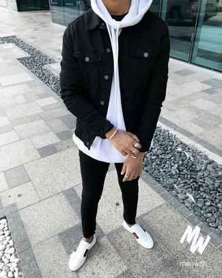 Cómo combinar: chaqueta vaquera negra, sudadera con capucha blanca, camiseta con cuello circular negra, vaqueros pitillo negros