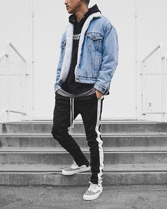 Cómo combinar: chaqueta vaquera celeste, sudadera con capucha estampada en negro y blanco, camiseta con cuello circular gris, pantalón de chándal de rayas verticales en negro y blanco
