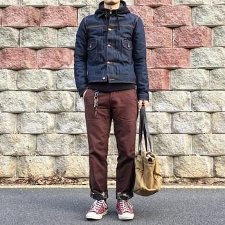 Cómo combinar: chaqueta vaquera azul marino, sudadera con capucha negra, pantalón chino marrón, zapatillas altas de lona rojas