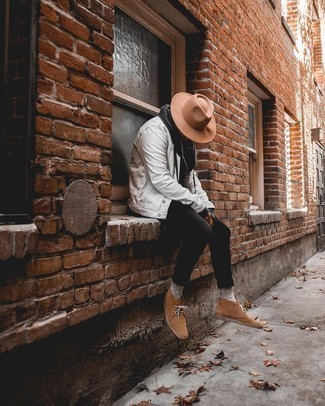 Cómo combinar una chaqueta vaquera blanca: Para un atuendo que esté lleno de caracter y personalidad utiliza una chaqueta vaquera blanca y unos vaqueros pitillo negros. Elige un par de botas safari de ante marrónes para mostrar tu inteligencia sartorial.