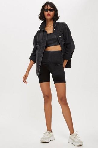 Cómo combinar: chaqueta vaquera negra, top corto negro, mallas ciclistas negras, deportivas en beige
