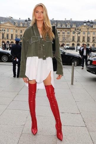 Cómo combinar: chaqueta vaquera verde oliva, vestido camisa blanca, botas sobre la rodilla de cuero rojas, bolso bandolera de cuero negro