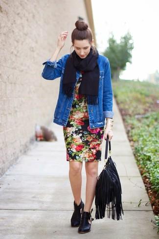 Cómo combinar: chaqueta vaquera azul, vestido ajustado con print de flores negro, botines de cuero con recorte negros, bolsa tote de cuero сon flecos negra