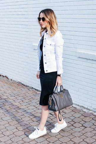 Cómo combinar: chaqueta vaquera blanca, vestido ajustado negro, tenis de lona blancos, bolso de hombre de cuero en gris oscuro