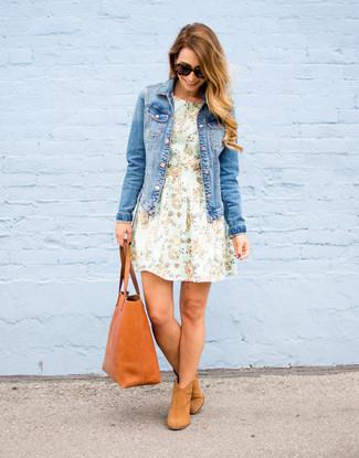 Cómo combinar: chaqueta vaquera azul, vestido de vuelo con print de flores en verde menta, botines de ante marrón claro, bolsa tote de cuero en tabaco