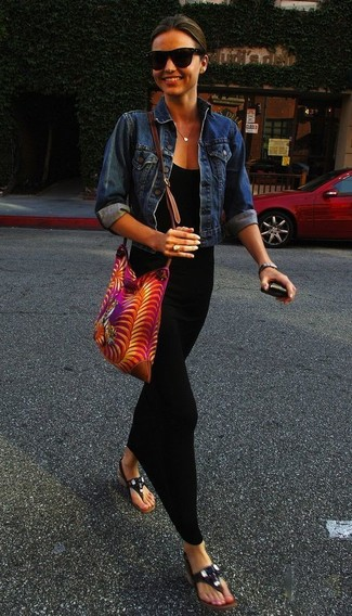 Look de Miranda Kerr: Chaqueta Vaquera Azul, Vestido Largo Negro, Sandalias de Dedo de Cuero Negras, Bolso Bandolera de Lona Estampado Rosa