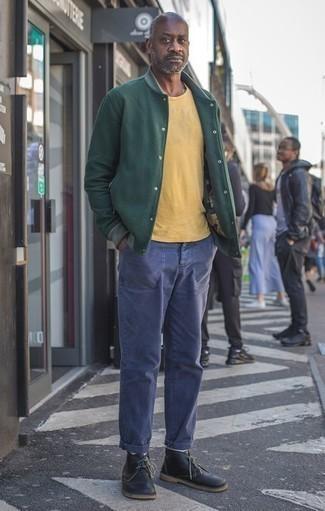 Cómo combinar unas botas safari de cuero negras: Usa una chaqueta varsity verde oscuro y un pantalón chino azul marino para conseguir una apariencia relajada pero elegante. ¿Te sientes valiente? Elige un par de botas safari de cuero negras.