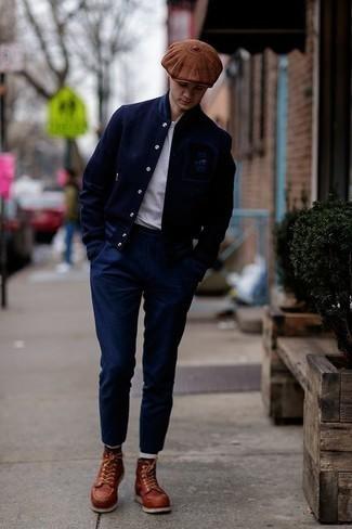 Cómo combinar un pantalón chino azul marino: Opta por una chaqueta varsity azul marino y un pantalón chino azul marino para un look diario sin parecer demasiado arreglada. ¿Te sientes valiente? Elige un par de botas casual de cuero en tabaco.