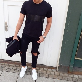 Cómo combinar: chaqueta varsity negra, camiseta con cuello circular negra, vaqueros desgastados negros, tenis blancos