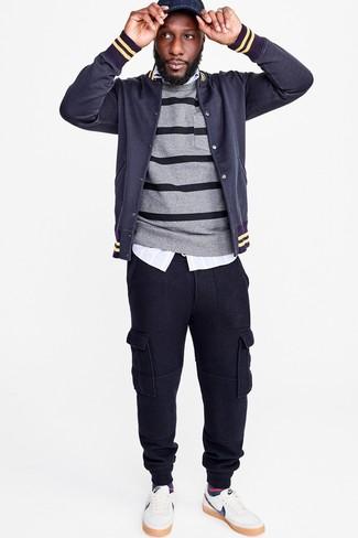 Una chaqueta varsity y un pantalón de chándal azul marino son una gran fórmula de vestimenta para tener en tu clóset. ¿Te sientes valiente? Complementa tu atuendo con tenis de cuero blancos.
