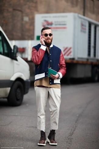 Cómo combinar: chaqueta varsity azul marino, jersey con cuello circular marrón claro, camiseta con cuello circular burdeos, pantalón chino blanco