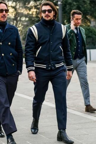 Cómo combinar un jersey de cuello alto azul marino: Ponte un jersey de cuello alto azul marino y un pantalón chino azul marino para un look diario sin parecer demasiado arreglada. Luce este conjunto con botines chelsea de cuero negros.
