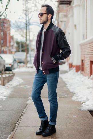 La versatilidad de una chaqueta varsity y unos vaqueros azules los hace prendas en las que vale la pena invertir. Botas casual de cuero negras añaden la elegancia necesaria ya que, de otra forma, es un look simple.