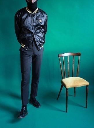 Cómo combinar una chaqueta varsity negra: Ponte una chaqueta varsity negra y un pantalón chino en gris oscuro para un almuerzo en domingo con amigos. ¿Por qué no ponerse botas safari de cuero negras a la combinación para dar una sensación más clásica?