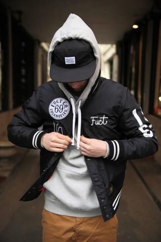 Este combo de una chaqueta varsity y un pantalón chino tabaco te permitirá mantener un estilo cuando no estés trabajando limpio y simple.