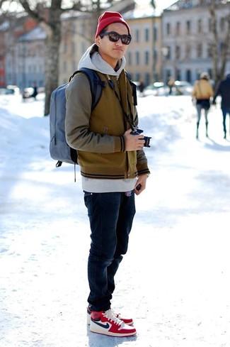 Ponte una chaqueta varsity y unos vaqueros azul marino para un look diario sin parecer demasiado arreglada. ¿Quieres elegir un zapato informal? Complementa tu atuendo con zapatillas altas rojas para el día.