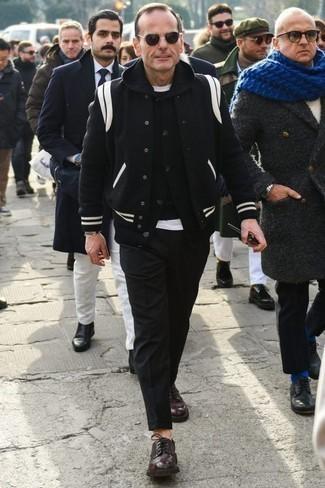 Cómo combinar una chaqueta varsity negra: Elige una chaqueta varsity negra y un pantalón chino negro para cualquier sorpresa que haya en el día. ¿Te sientes valiente? Elige un par de zapatos derby de cuero burdeos.
