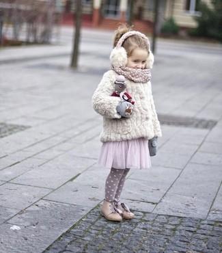 Cómo combinar: chaqueta de pelo blanca, vestido de tul rosado, botas en beige, guantes grises