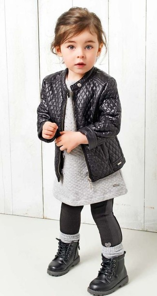 Cómo combinar: chaqueta de cuero negra, vestido jersey gris, leggings negros, botas negras