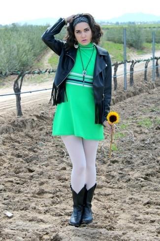 Usa una chaqueta de cuero сon flecos negra y un vestido recto verde para el after office. Botas camperas de cuero negras resaltaran una combinación tan clásico.