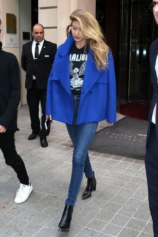 Cómo combinar: chaquetón azul, camiseta con cuello circular estampada en negro y blanco, vaqueros pitillo azul marino, botines de cuero negros