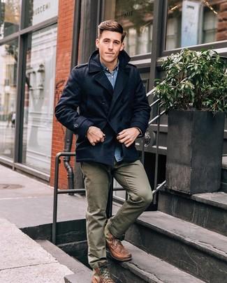 Cómo combinar: chaquetón azul marino, camisa vaquera azul, pantalón chino verde oliva, botas casual de cuero marrónes