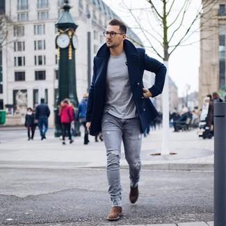 Cómo combinar: chaquetón azul marino, camiseta con cuello circular gris, vaqueros pitillo desgastados grises, botines chelsea de ante marrónes